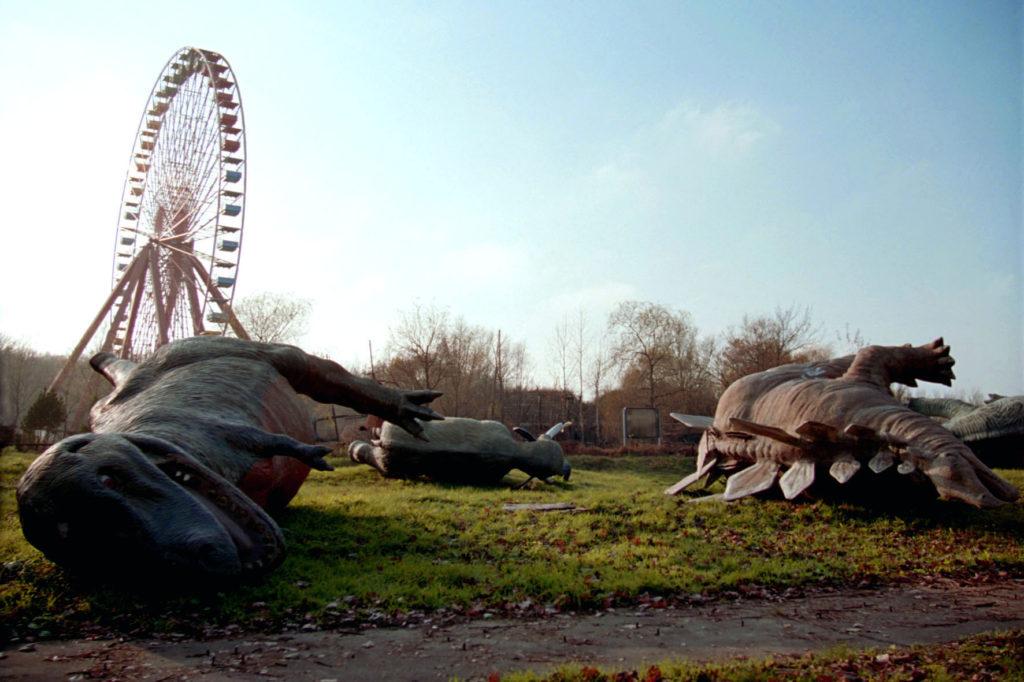 Umgestürzte Dinos im Berliner Plänterwald.
